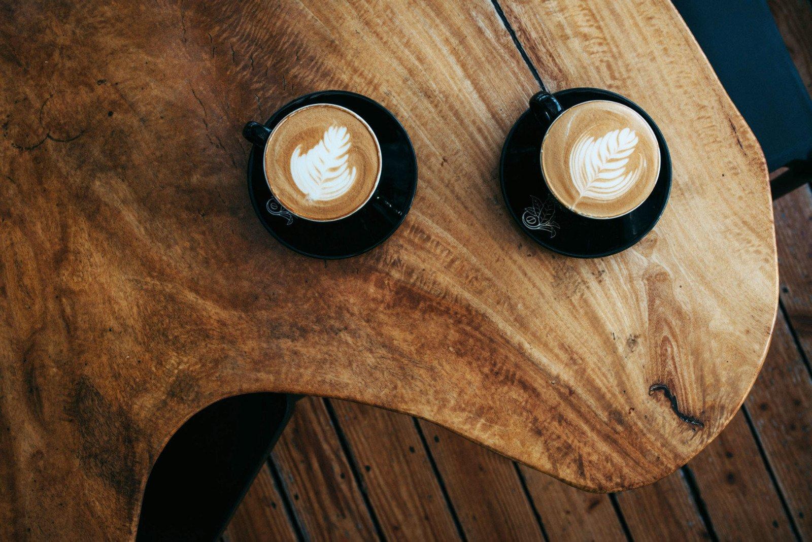 koffiekopje op mangotafel